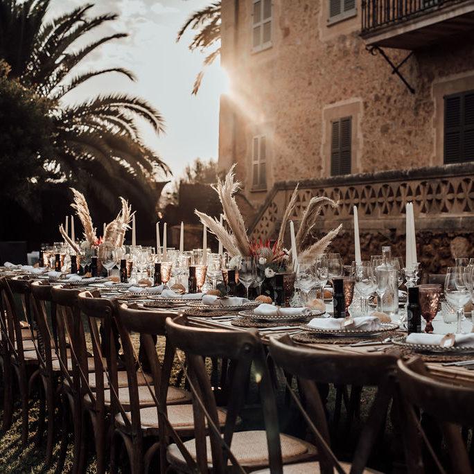centros de mesa bohos con pampas y proteas en finca rustica