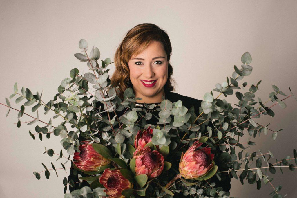 mujer ramo de proteas y eucalipto