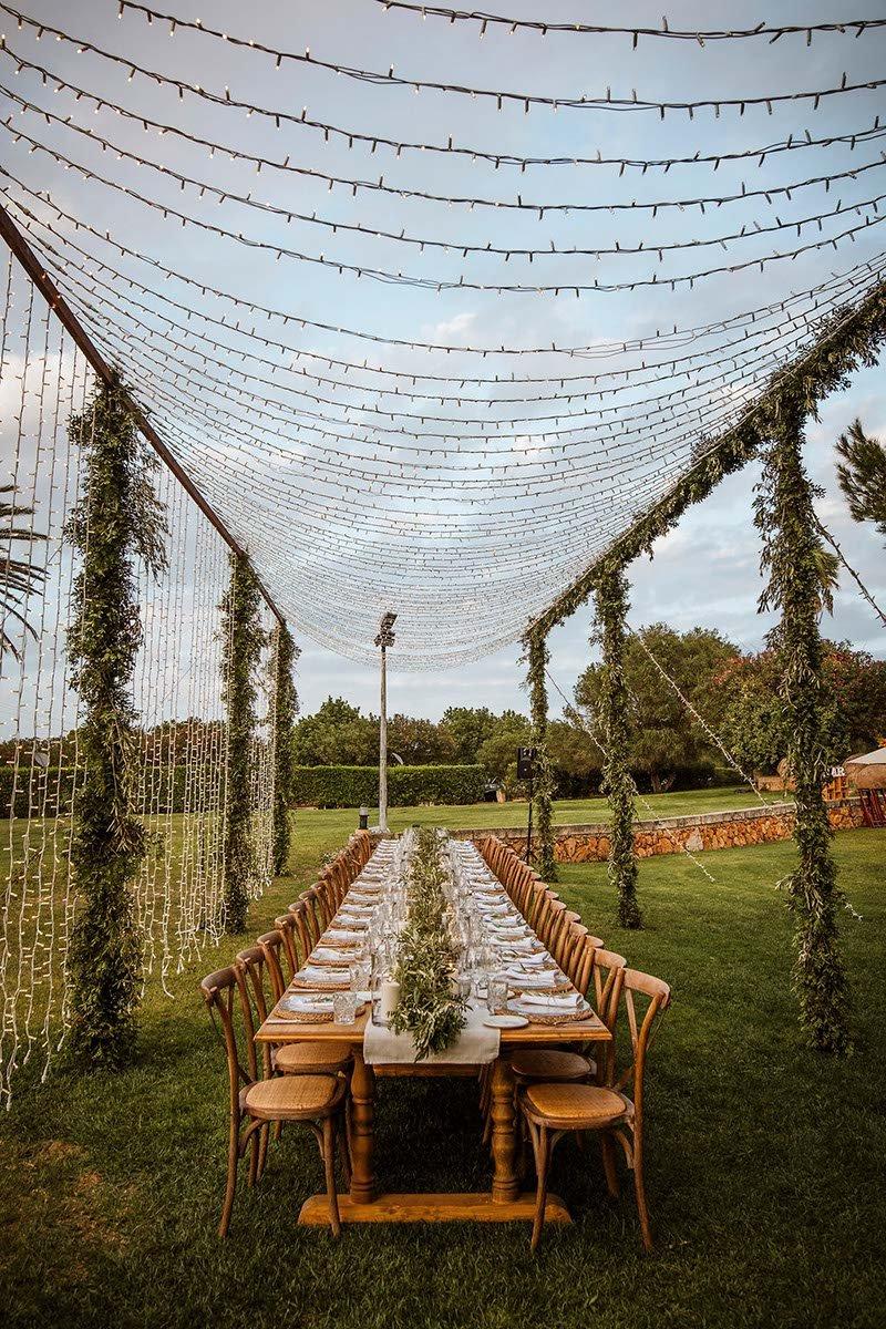 banquete rodeada de luces fairy light