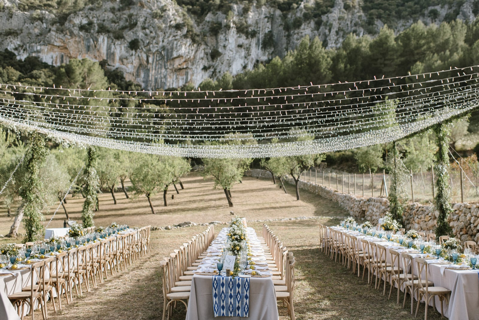 banquete en la Tramuntana de Mallorca con techo de fairy lights estilo mallorquín