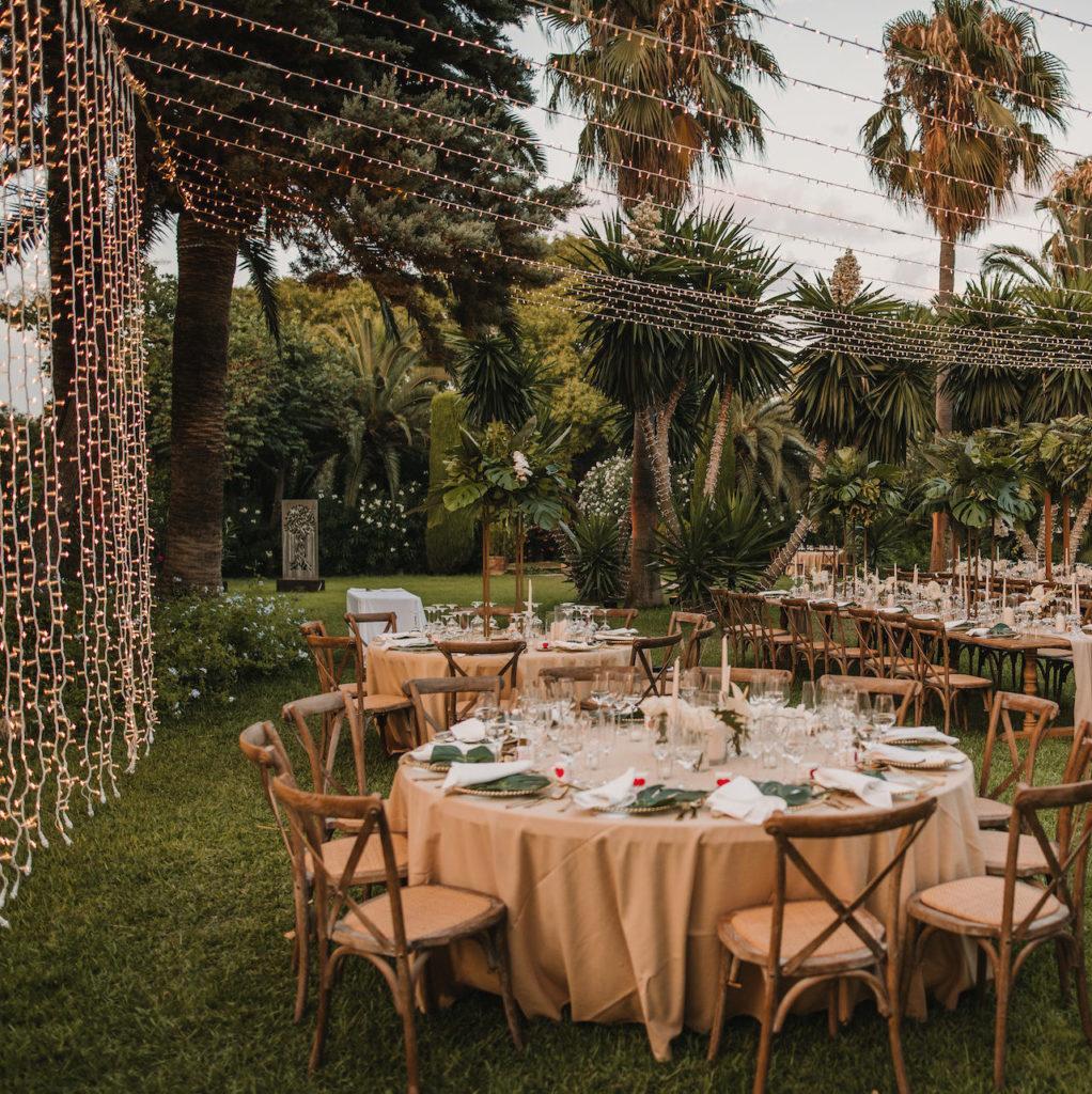 Banquete tropical y luces fairy en cortina y techo