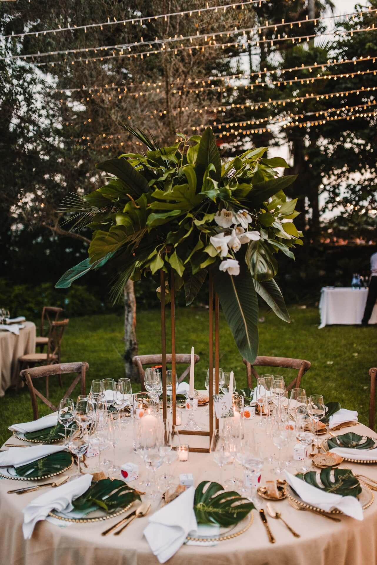 Decoracion tropical boda, centro de mesa alto