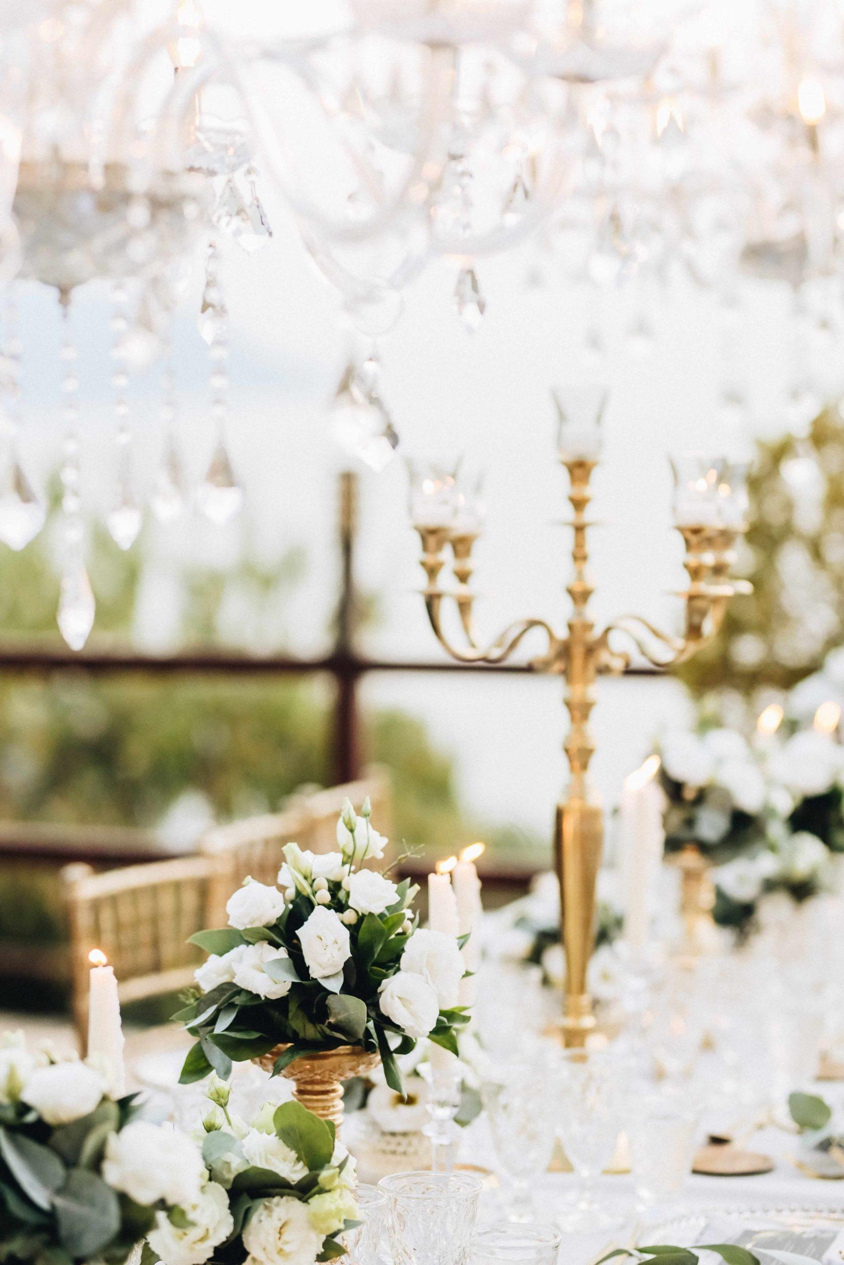 gold candelabra candelabro dorado, chandelier y flores blancas