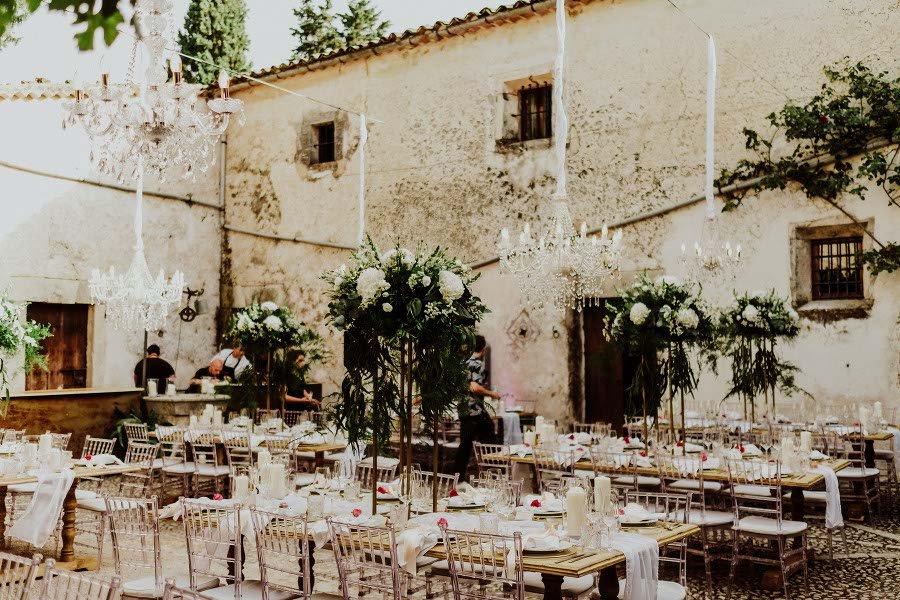 Ceremonia patia centros de mesa altos y chandeliers